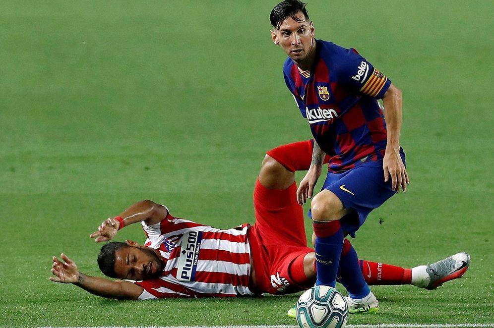 Foto: El delantero argentino del FC Barcelona, Leo Messi (d), se lleva el balón ante el defensa brasileño del Atlético de Madrid, Renan Lodi. (EFE)