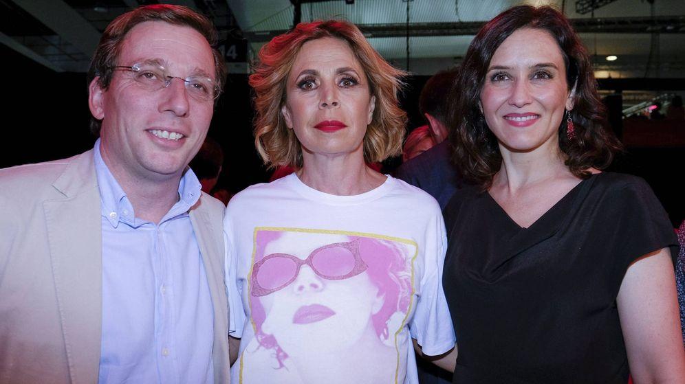 Foto: Almeida y Díaz Ayuso junto a Ágatha Ruiz de la Prada en su desfile. (Cordon Press)