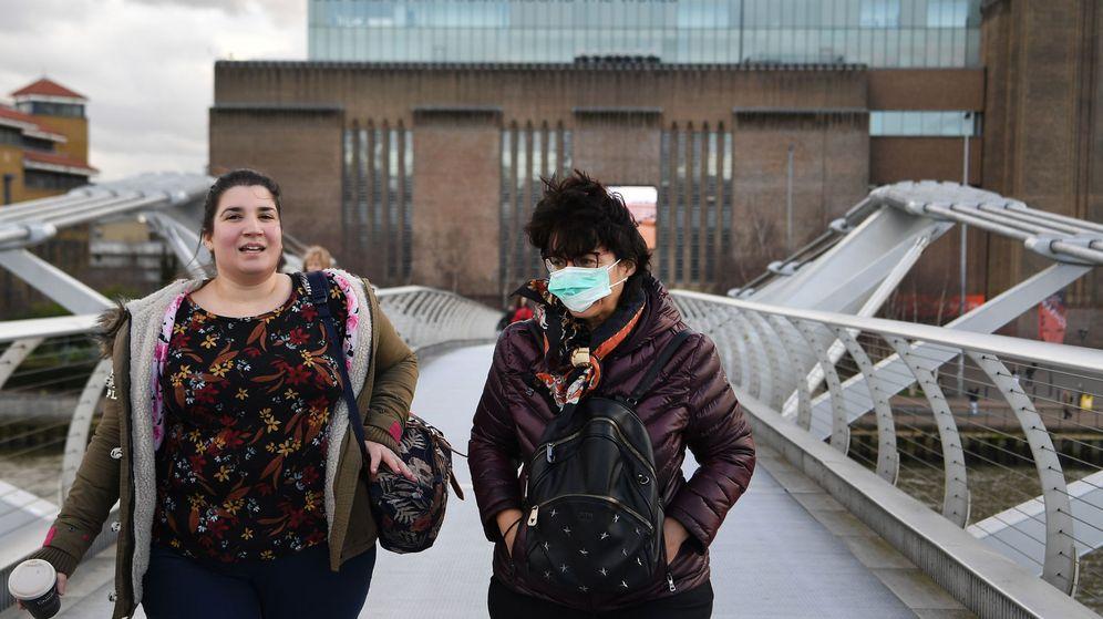 Foto: Dos mujeres pasean por Londres. (Reuters)