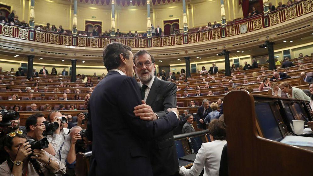 Foto: El presidente del Gobierno, Mariano Rajoy, saluda al portavoz popular en el Congreso, Rafael Hernando. (EFE)