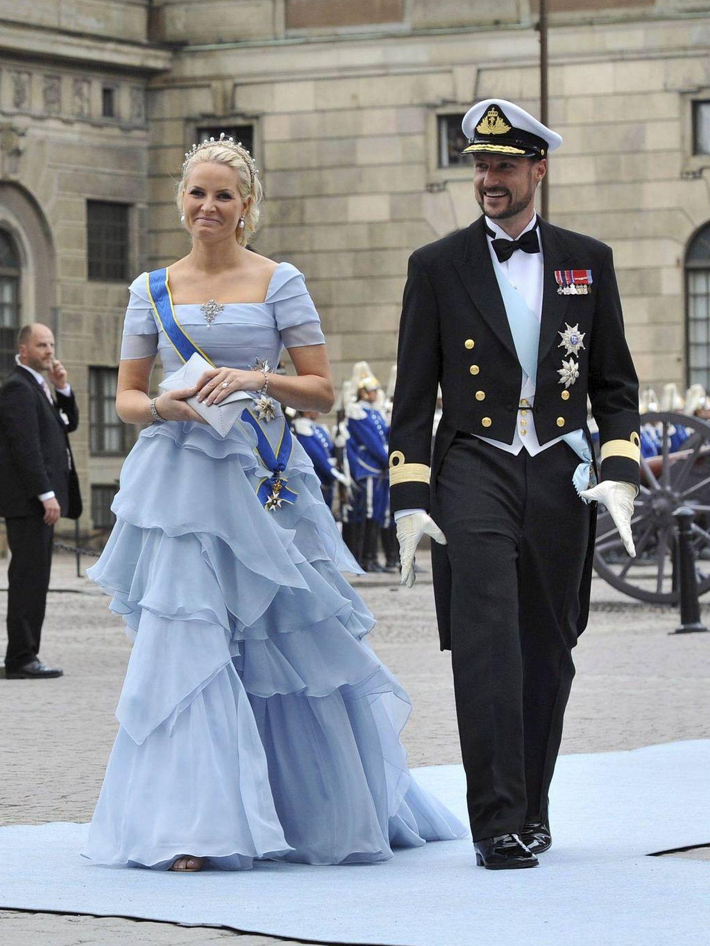 Mette-Marit y Haakon de Noruega, en la boda de Victoria de Suecia. (EFE)