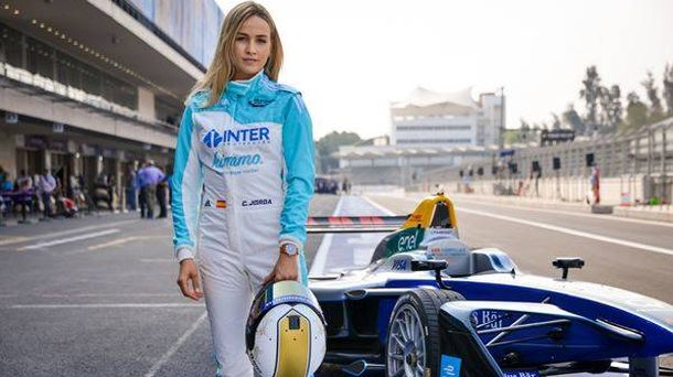 Foto: Carmen Jordá junto a un monoplaza de Fórmula E.
