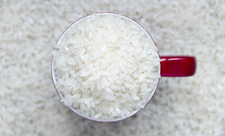 Foto: Y tú, ¿todavía sigues con lo de dos tazas de agua por cada porción de arroz? (iStock)