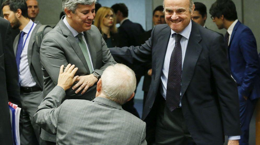 Foto: l ministro español de Economía, Luis de Guindos (d), saluda al ministro luso de Finanzas, Mário Centeno (i), y al responsable alemán de Finanzas, Wolfgang Schäuble. (EFE)