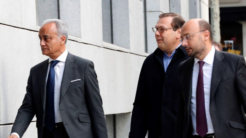 Fridman (c), a su llegada a la Audiencia Nacional para declarar como investigado por la quiebra del grupo tecnológico Zed. (EFE)