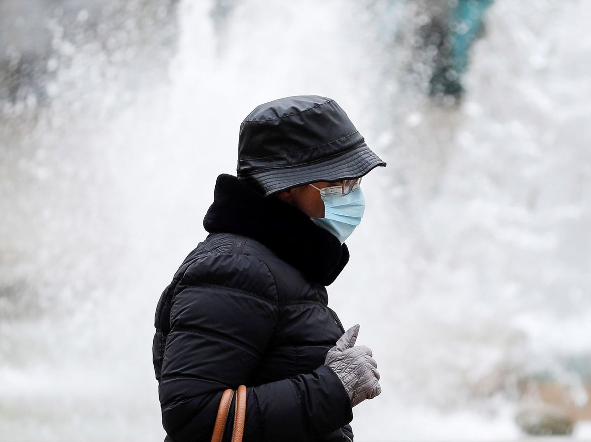 Foto: Una mujer se protege del frío en la capital valenciana. (EFE)