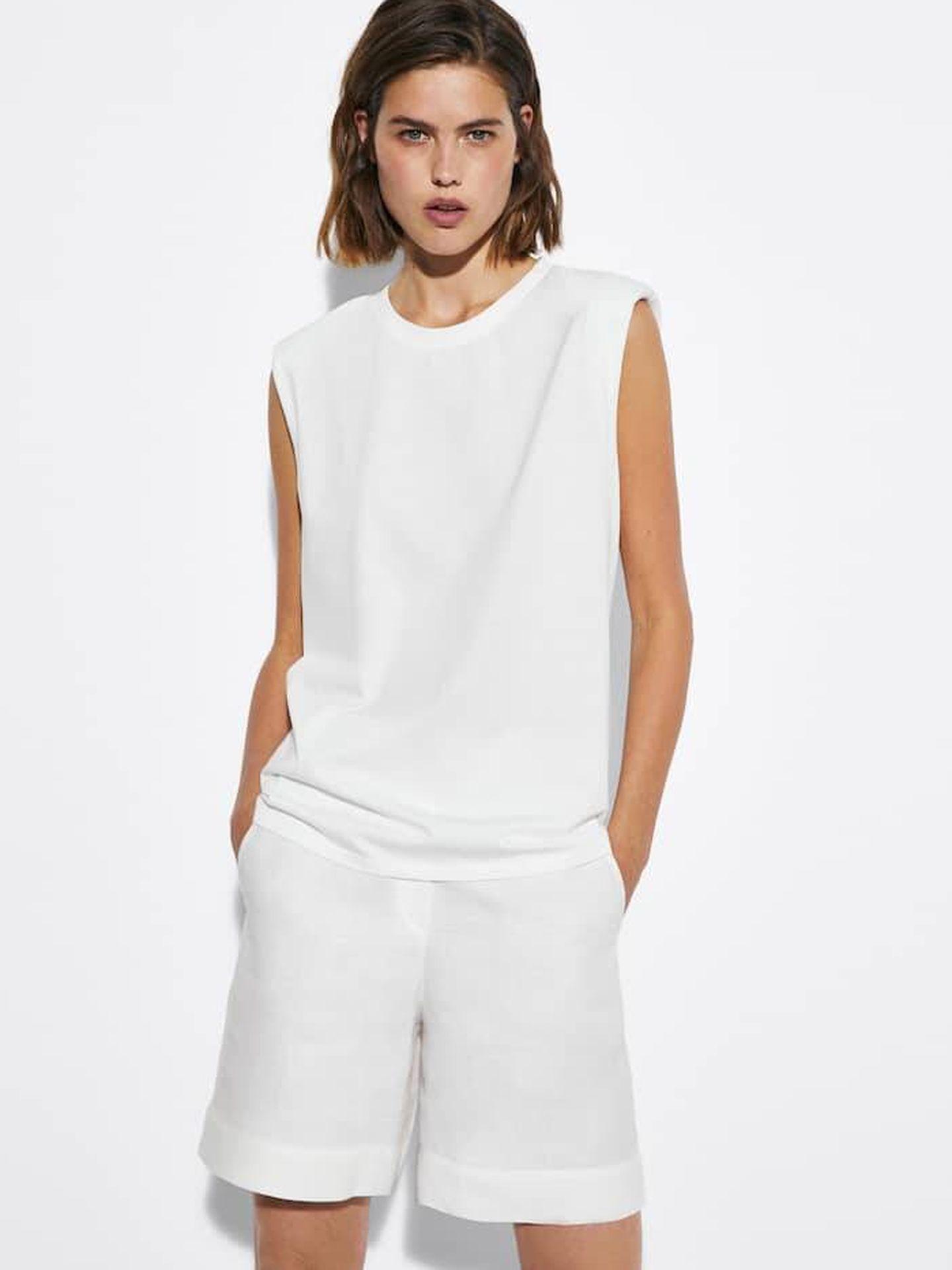 Camiseta blanca de Massimo Dutti. (Cortesía)
