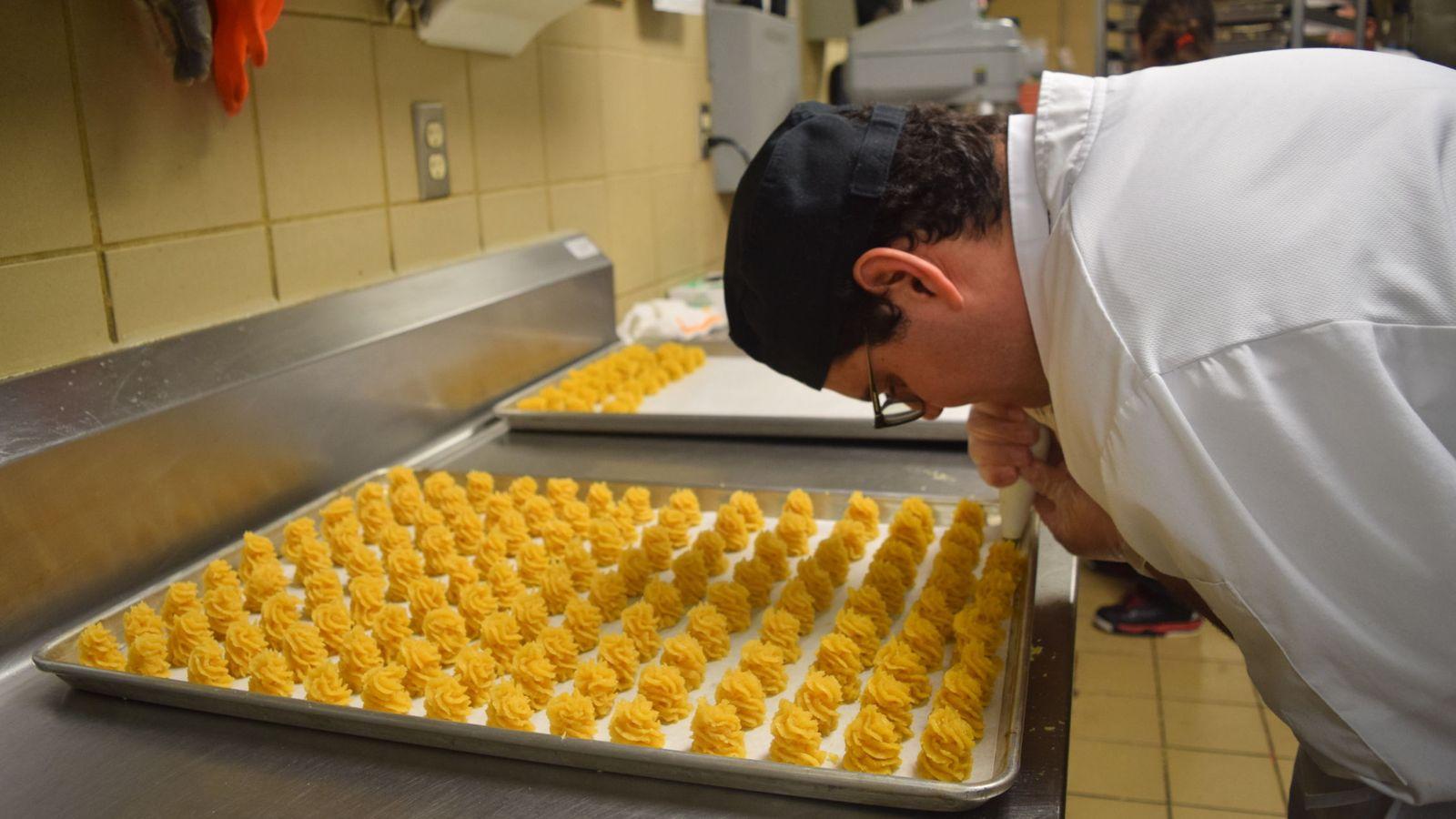 Foto: Un joven trabajando en una cocina en una imagen de archivo. (EFE)