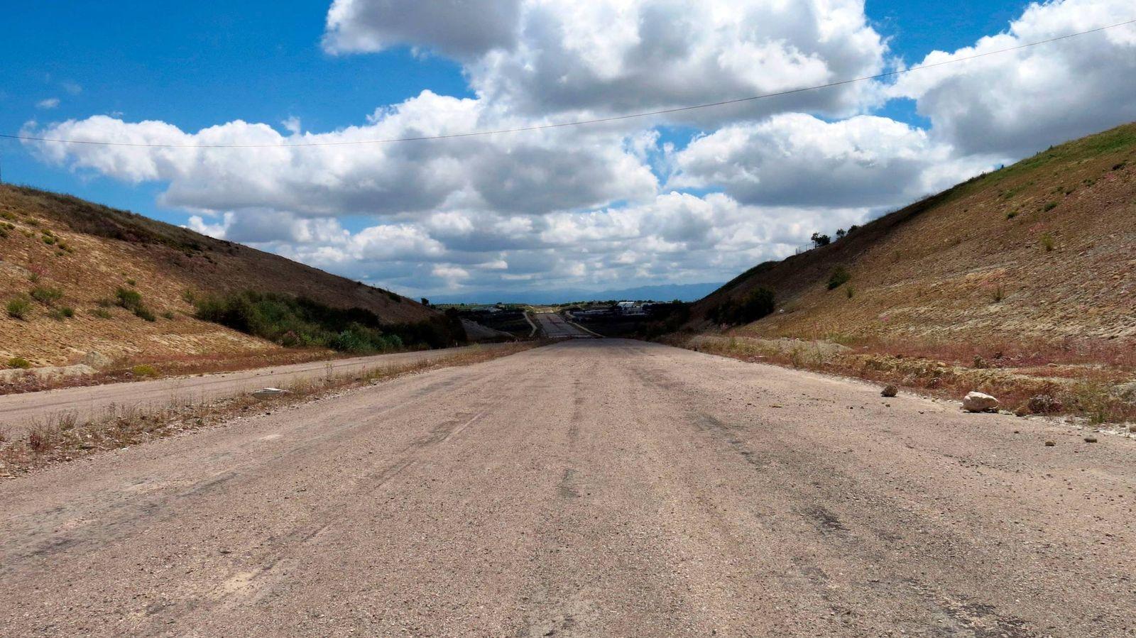 Foto:  Autovía A-32 en Andalucía, cuya construcción está paralizada desde 2010. (Tanya Hirsch y Alba Martín)