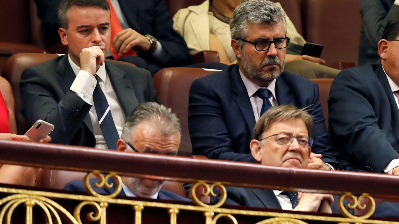 Iván Redondo, a la izquierda, en la tribuna del Congreso de los Diputados. (EFE)