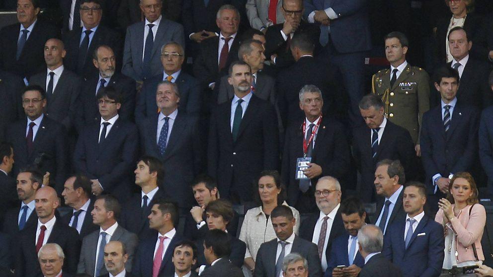 La grada pita el himno nacional mientras Puigdemont mantiene la compostura