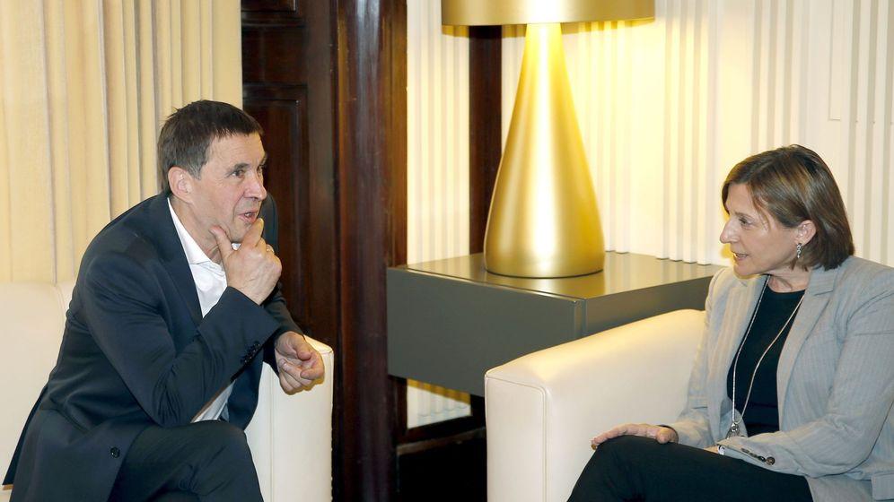 Foto: La presidenta del Parlament, Carme Forcadell, junto al líder 'abertzale' y secretario general de Sortu, Arnaldo Otegi. (EFE)