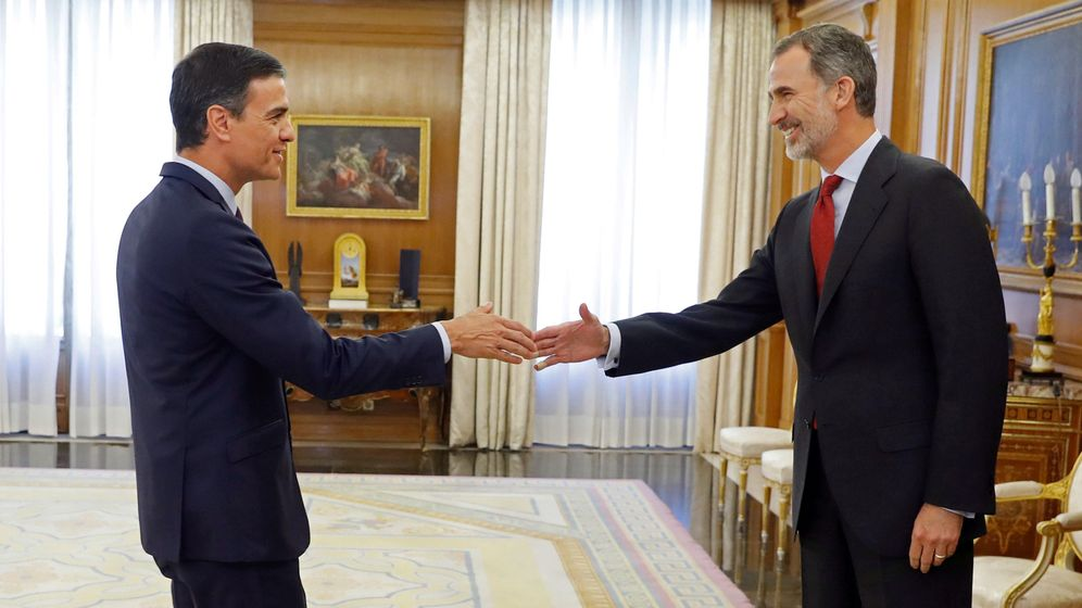 Foto: Felipe VI saluda al líder del PSOE, Pedro Sánchez, en el Palacio de la Zarzuela, dentro de la ronda de consultas con los dirigentes de los partidos políticos. (EFE)