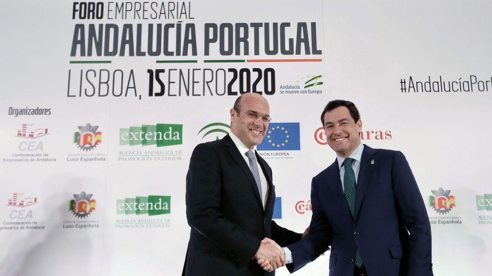 Foto: El ministro de Economía de Portugal, Pedro Siza, junto a Juanma Moreno. (EFE)