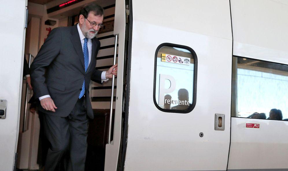 Foto: El presidente del Gobierno, Mariano Rajoy, baja del tren en la estación Joaquín Sorolla de València, antes de su salida hacia Castellón para presidir el acto inaugural de la línea de AVE. (EFE)