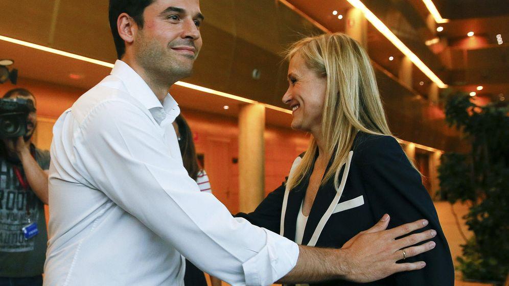 Foto: La candidata del PP a la Presidencia de la Comunidad de Madrid, Cristina Cifuentes, junto al candidato de Ciudadanos, Igancio Aguado. (EFE)