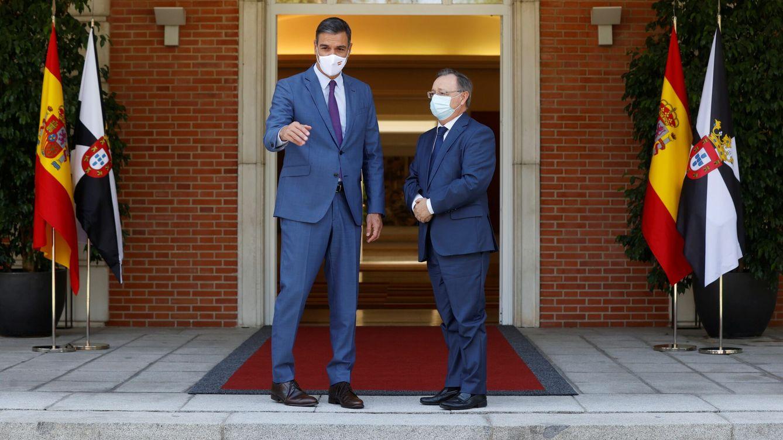 Foto: El presidente del Gobierno, Pedro Sánchez, recibe en el Palacio de la Moncloa al presidente de Ceuta, Juan Jesús Vivas. (EFE)