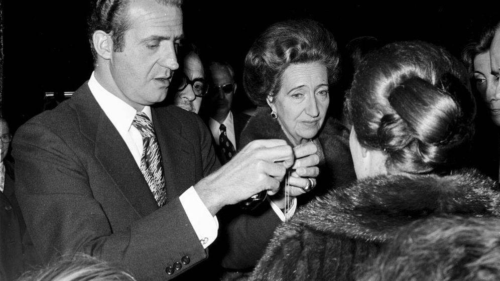 Foto: Don Juan Carlos y su madre en 1975.(Cordon Press)