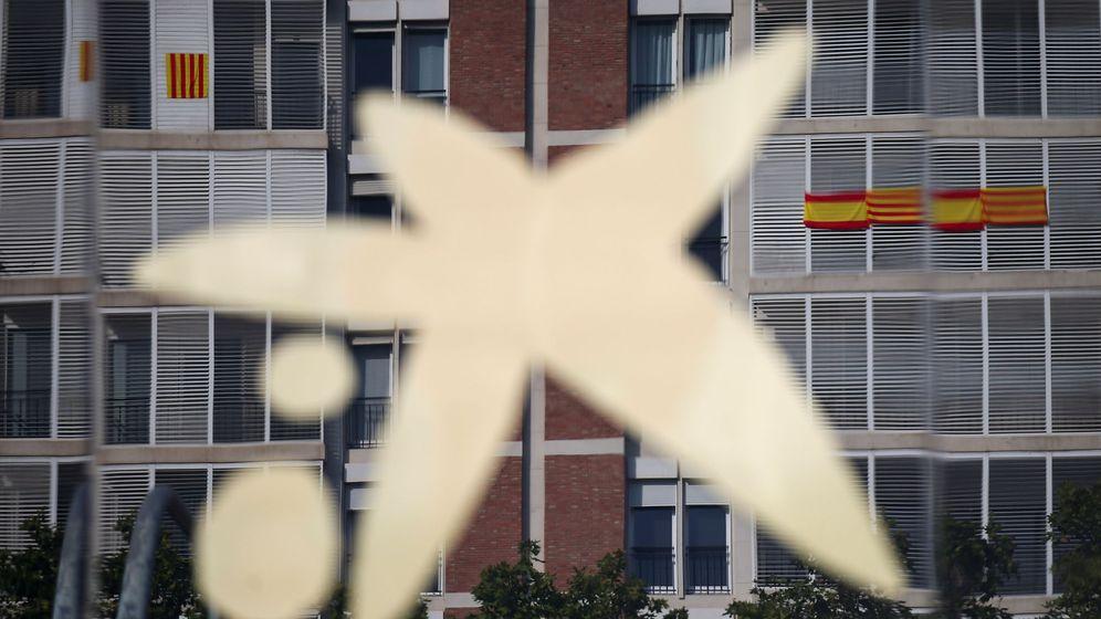Foto: El logo de CaixaBank, en la fachada de su sede en Barcelona. (Reuters)