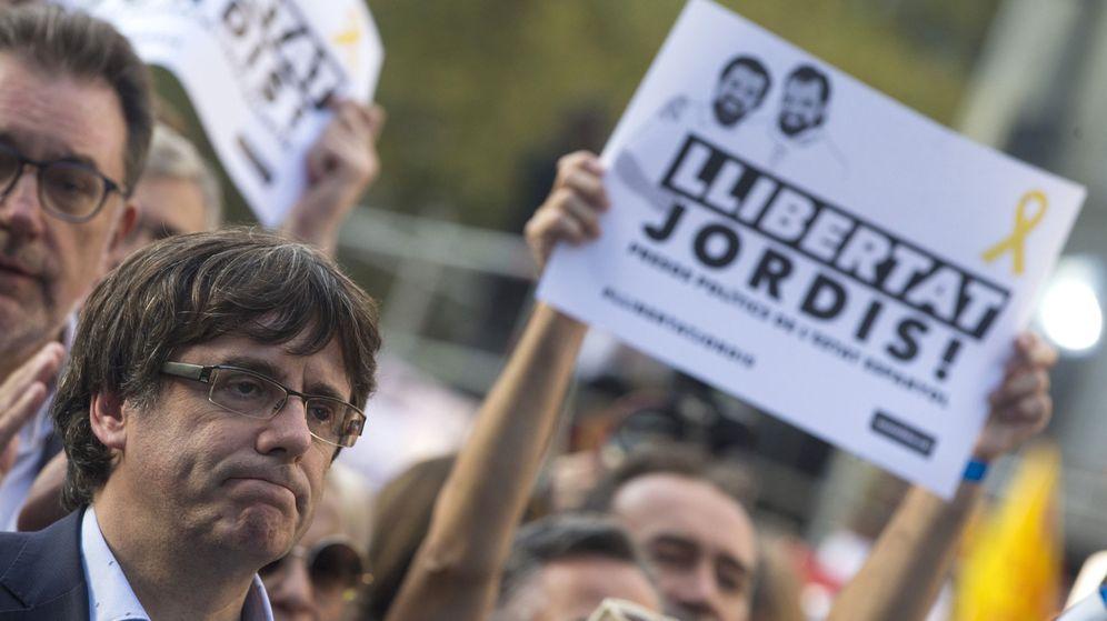 Foto: Puigdemont en una manifestación por la libertad de los Jordis. (EFE)
