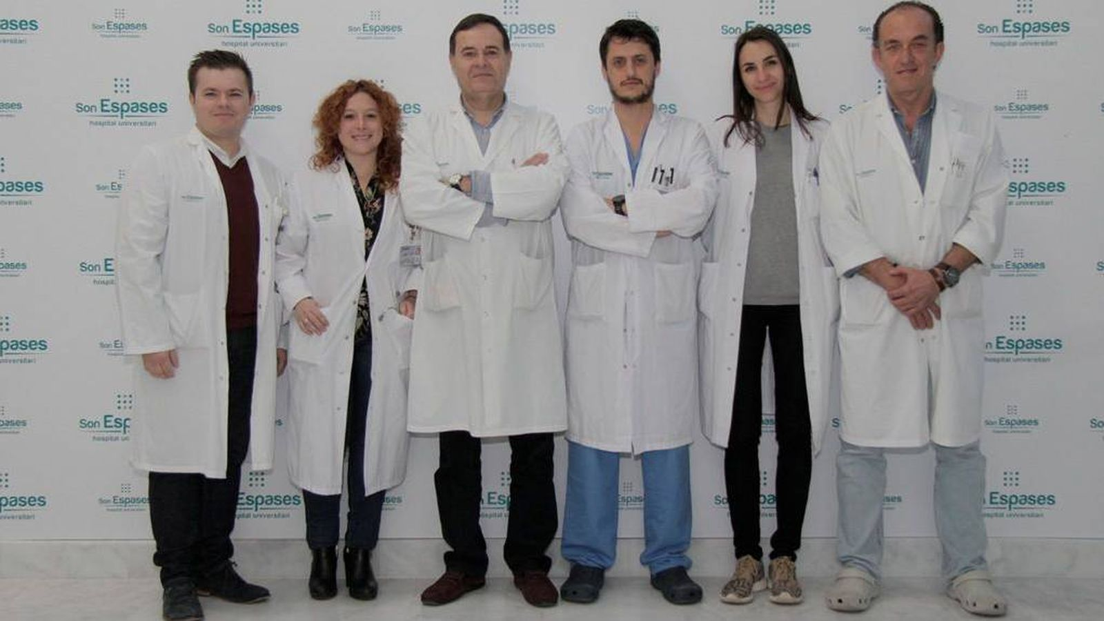 Foto: El doctor Juan José Segura, cuarto por la izquierda, con su equipo.