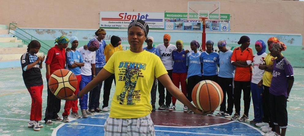 Foto: Amina, la capitana de la selección nacional de baloncesto, posa junto con el resto de compañeras en el estadio Wiish de Mogadiscio (A. Pampliega).