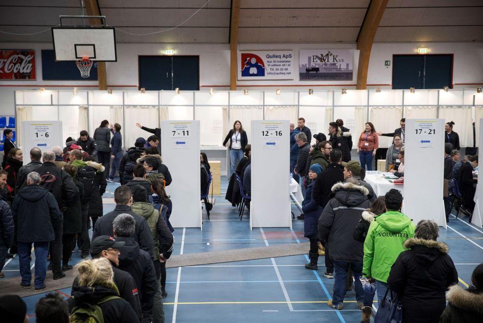 Foto: Votantes esperan su turno en un colegio electoral en Nuuk, Groenlandia. (EFE)