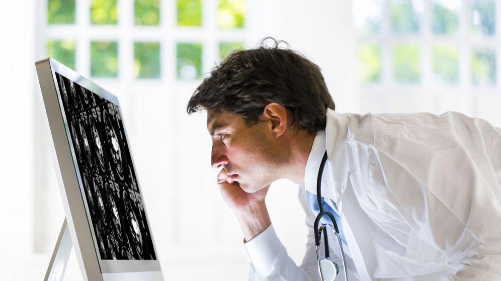 Foto: Un médico, consultando una prueba diagnóstica.