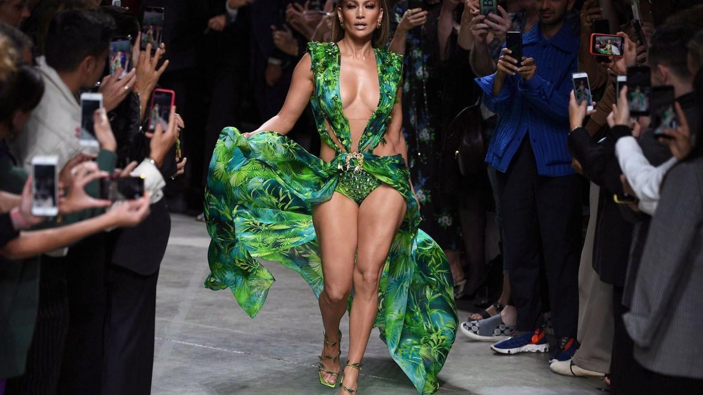 Jennifer Lopez cerrando el desfile de Versace (EFE)