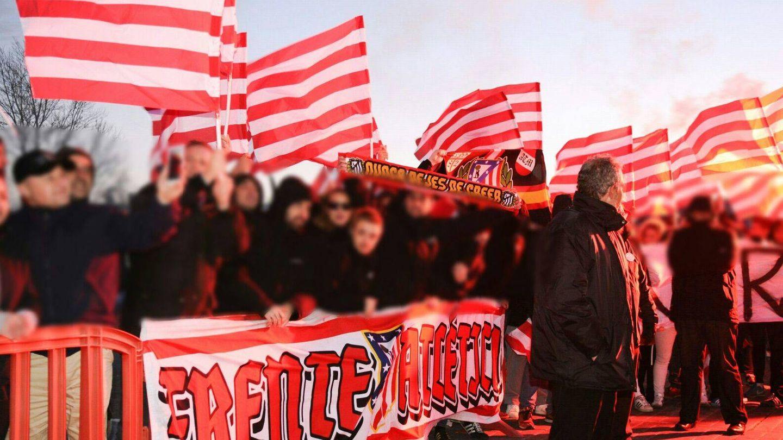 Ultras del Frente Atlético, despidiendo a la plantilla esta mes de febrero, antes de un desplazamiento del equipo a Barcelona para un encuentro de la Copa del Rey. En primera línea, la pancarta de la peña.