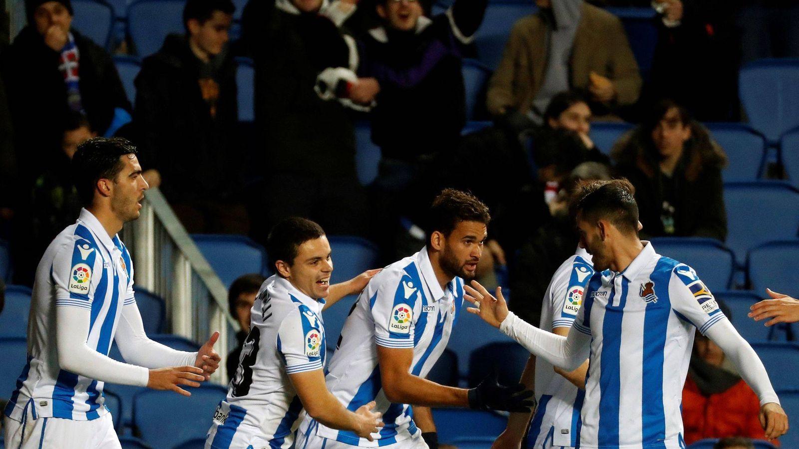 Foto: Jugadores de la Real Sociedad celebran un gol. (EFE)
