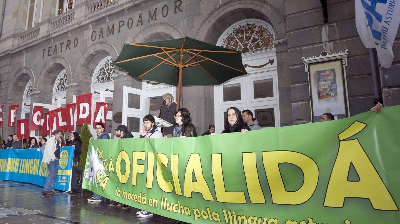 Varios centenares de personas se manifestaban en 2010 por la oficialidad del bable. (EFE)