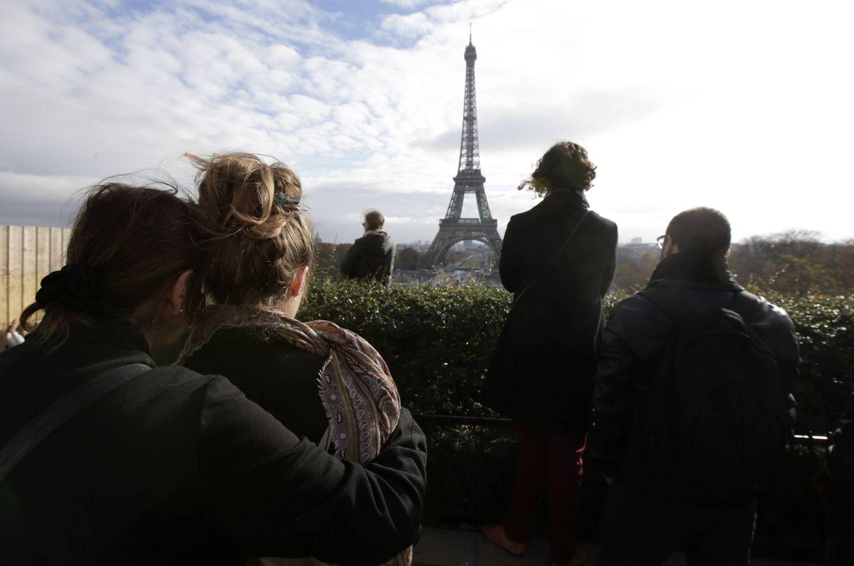 Foto: Tributo a las víctimas de los ataques de París ante la Torre Eiffel, el 16 de noviembre de 2015 (Reuters).