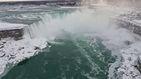 Cae a las cataratas del Niágara, sobrevive y le encuentran sentado en unas rocas
