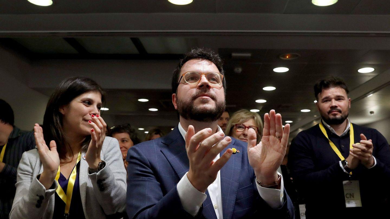 El coordinador nacional de Esquerra Republicana de Catalunya (ERC), Pere Aragonès (c); el portavoz en el Congreso, Gabriel Rufián (d), y la portavoz del partido, Marta Vilalta (i), tras la aprobación del acuerdo con el PSOE durante el 'consell nacional' de ERC celebrado este jueves en Barcelona. (EFE)
