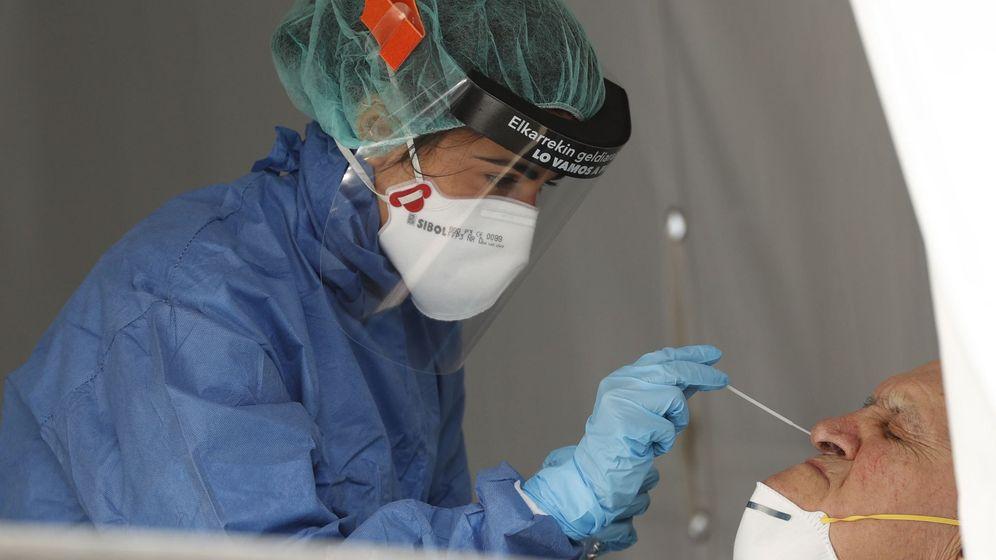 Foto: Una sanitaria realizando una prueba PCR a un posible afectado por covid-19. (EFE)