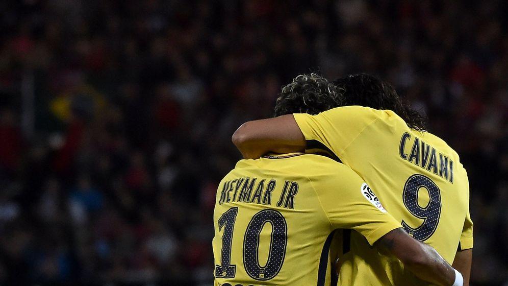 Foto: Neymar y Cavani se abrazan. (Reuters)
