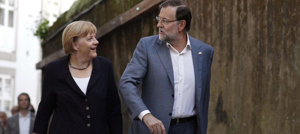 Foto: Rajoy y Merkel antes de entrar en el restaurante El Pasaje (EFE)