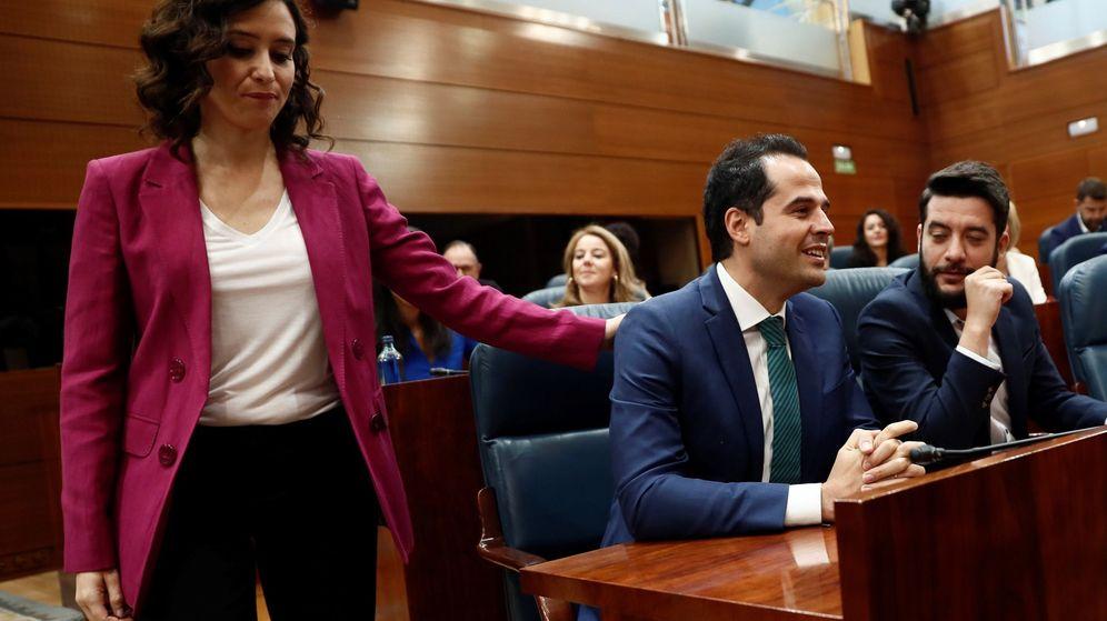 Foto: La candidata del PP, Isabel Díaz Ayuso, saluda a su homólogo en Cs, Ignacio Aguado. (EFE)