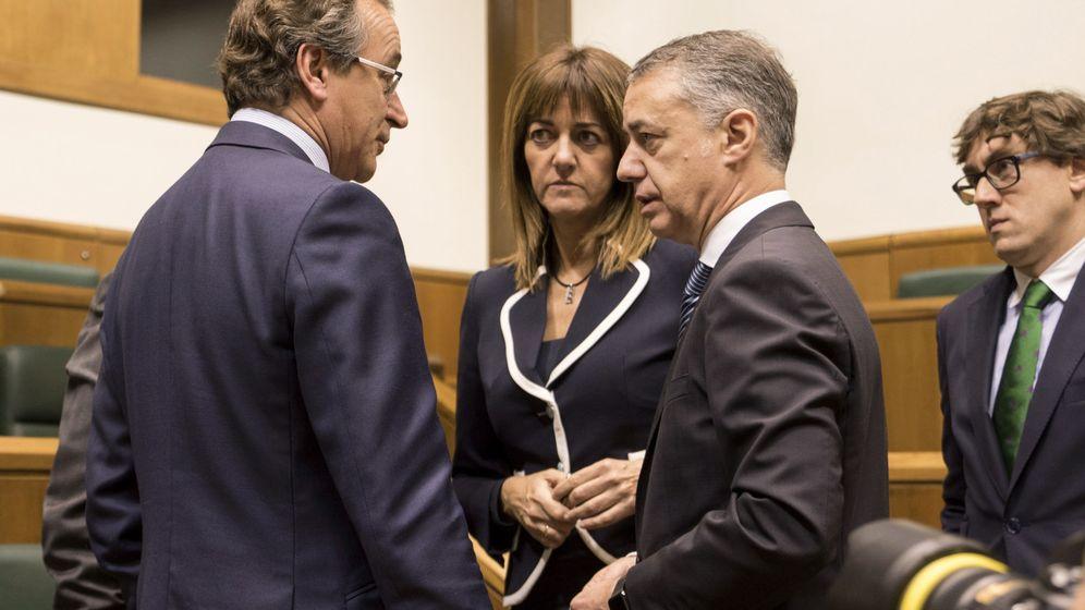 Foto: Urkullu y Alonso hablan en el Parlamento vasco en presencia de los socialistas Idoia Mendia y Eneko Andueza. (EFE)