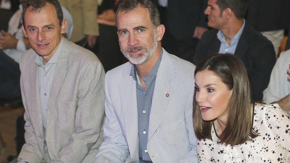 Foto:  Los Reyes junto al ministro de Ciencia. (Gtres)