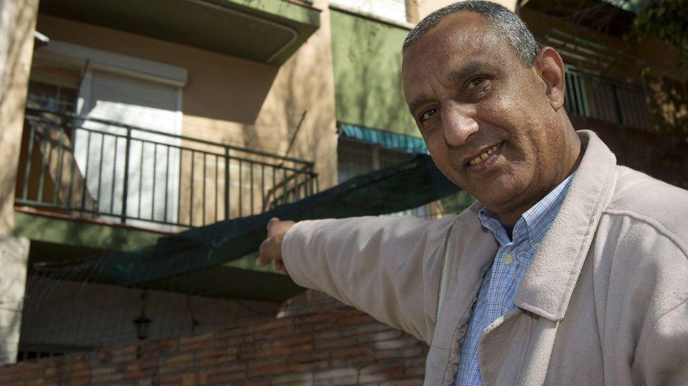 Foto: Mohamed Aziz celebrando el fallo favorable. (EFE/Alejandro García)