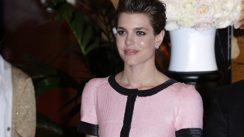 Foto: Carlota, muy guapa, se decantó por un vestido rosa y negro de Chanel