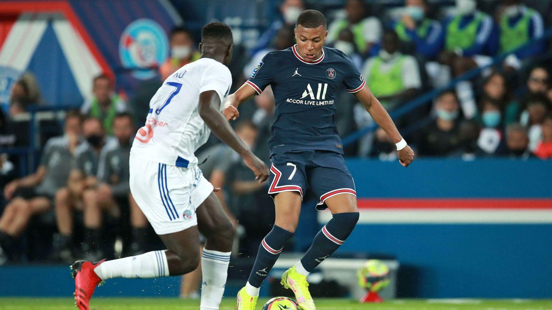 Mbappé encara a un rival. (EFE)