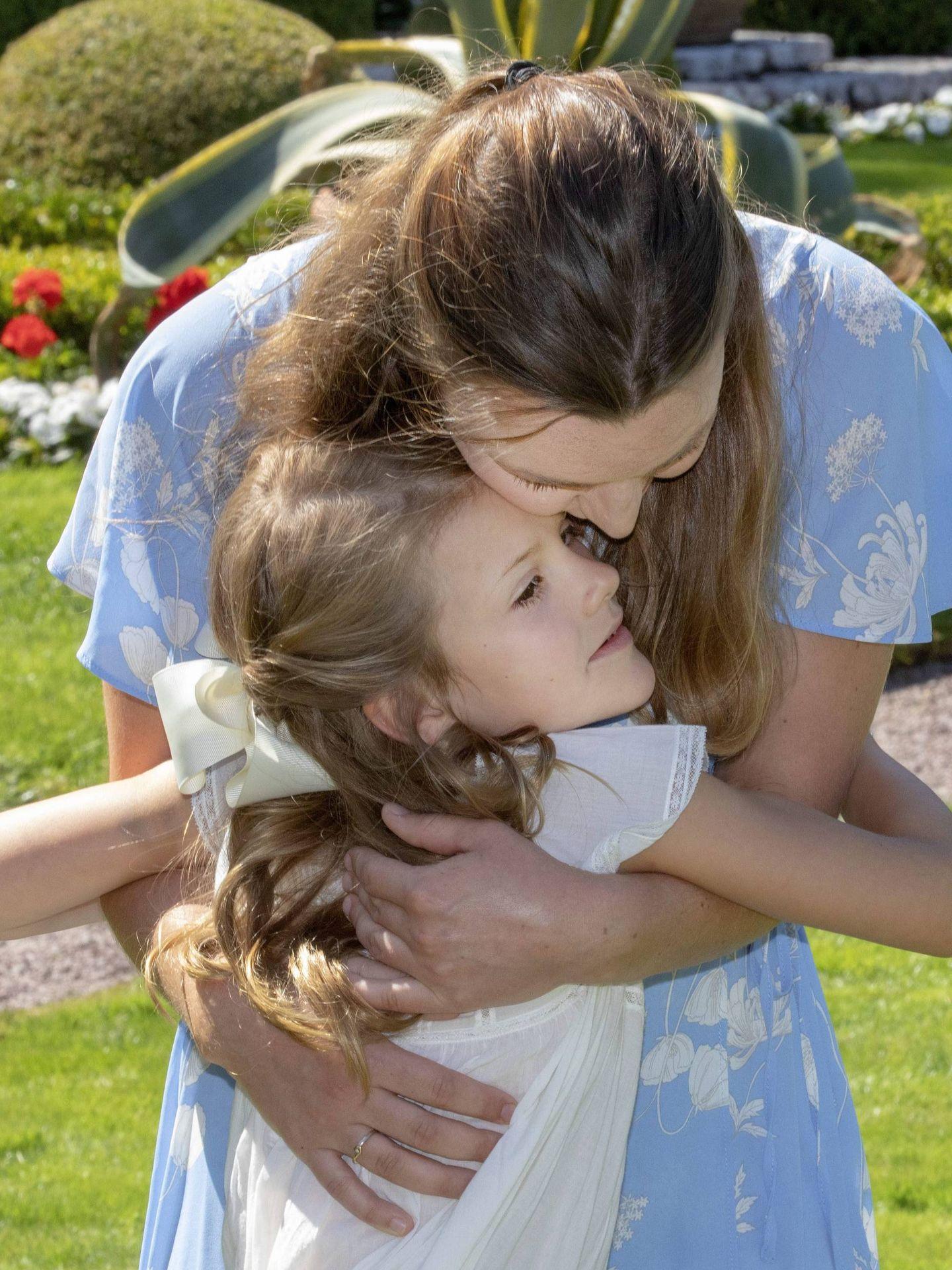 Estelle y su niñera, durante el pasado cumpleaños de Victoria de Suecia. (Cordon Press)