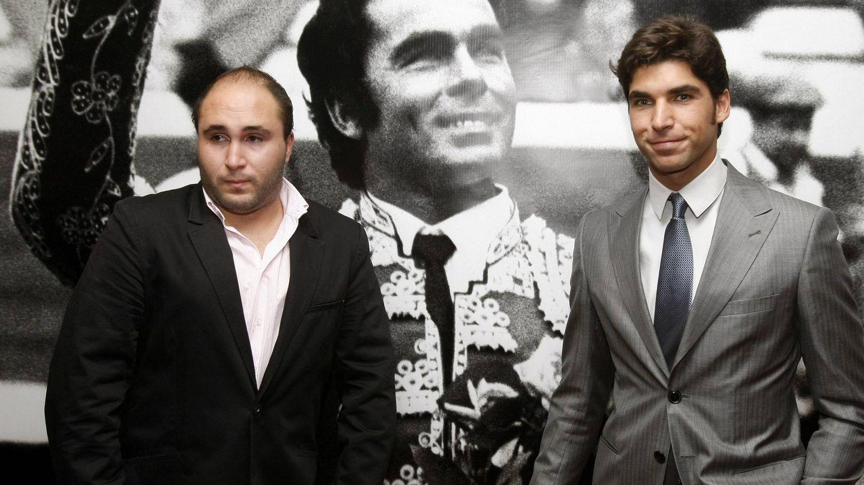 Kiko y Cayetano Rivera con una imagen de su padre, Paquirri. (EFE)
