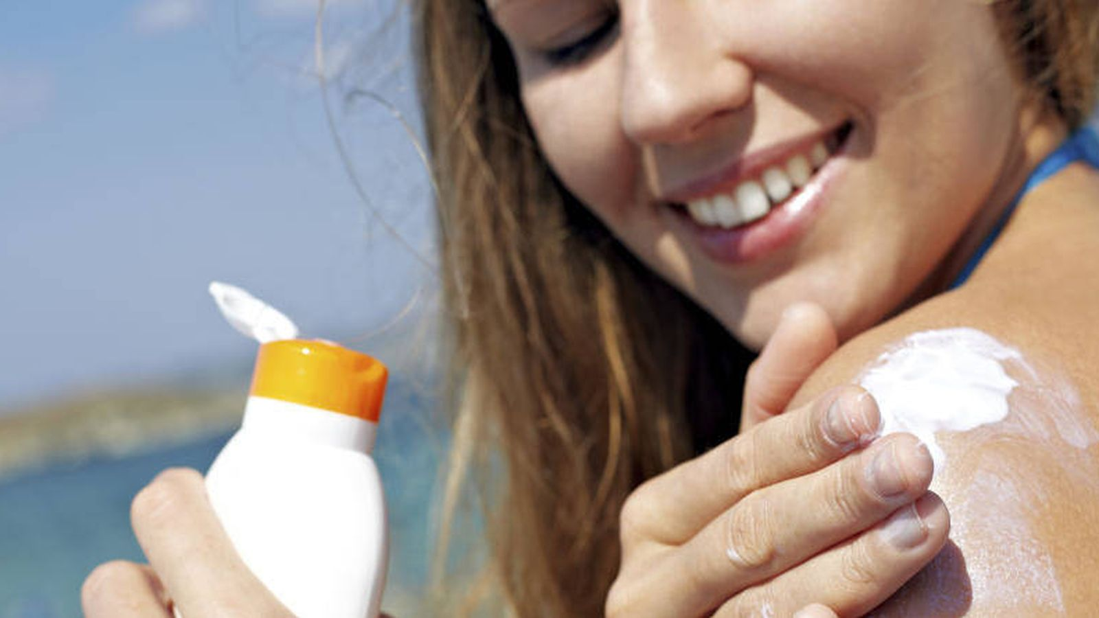 Foto: Chica aplicándose crema solar  (iStock)