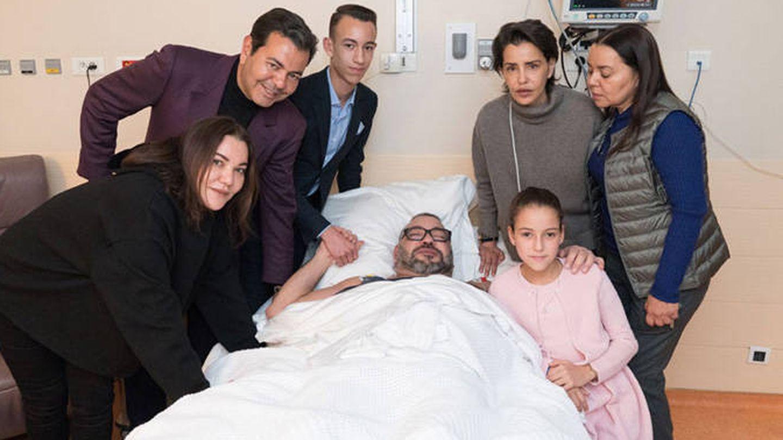 El rey con su familia tras su intervención.