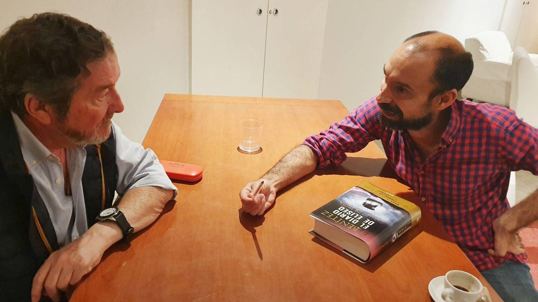 J. J. Benítez y el periodista Daniel Arjona, durante la entrevista. (Foto: Fátima Santana)