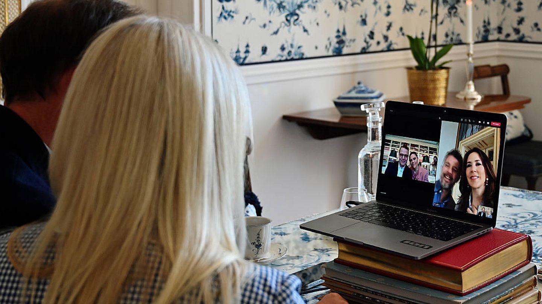 Haakon y Mette-Marit, durante el encuentro virtual. (Casa Real de Noruega)